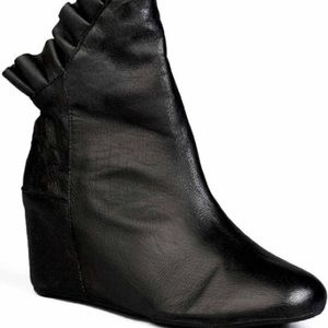 Shalee Black NYLA leather ankle booties size 6
